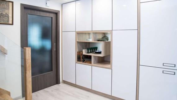 Realizace kompletního interiéru rodinného domu v Opavě včetně dveří a proskleného schodiště