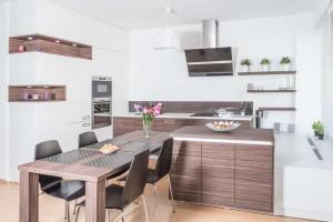 Realizace kuchyně Ostrava-podlaha a dveře původní-majitelé nechtěli měnit (1)