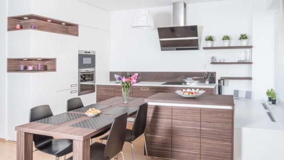 Realizace kuchyně Ostrava-podlaha a dveře původní-majitelé nechtěli měnit