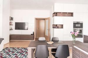 Realizace kuchyně Ostrava-podlaha a dveře původní-majitelé nechtěli měnit (9)